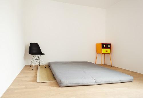 Futon liegt auf Boden in Wohnung